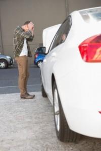 Ung man upprörd över trasig bil